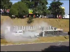 PM investigará ação de bombeiro que parou trânsito antes de acidente - A Polícia Militar de Araçatuba (SP) vai abrir um procedimento interno para apurar a ação de um bombeiro que tentou interromper o trânsito da Rodovia Marechal Rondon antes de um acidente envolvendo dois caminhões.
