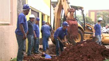 Sanepar tira tubulação de água e esgoto da Avenida Brasil - A empresa já está fazendo as mudanças no centro de Cascavel por causa das obras de revitalização da avenida que devem começar em breve