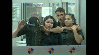Reféns passam momentos de pânico durante assalto a lotérica em Londrina - Os bandidos invadiram o shopping Com-Tour bem cedo e renderam funcionários da lotérica. A polícia negociou com os assaltantes que se renderam.