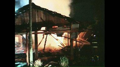 Dois incêndios na região de Londrina movimentaram os bombeiros - Um dos incêndios foi num barracão abandonado em Cambé e o outro destruiu uma casa em Rolândia.