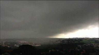 Paraná tem quinta-feira chuvosa e frio está a caminho - Máxima não passa dos 23 graus na capital.