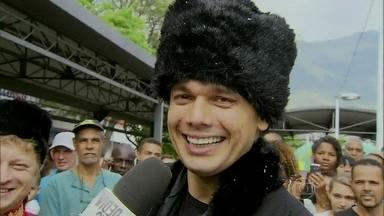 Otaviano Costa vai às ruas dar aulas de russo - Momento é inspirado em Branca da novela Em Família