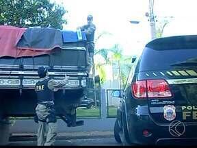 Motorista é detido com mais de 24 mil pacotes de cigarros em Araxá - Carga não tinha nota fiscal válida, segundo PRF. Polícia também suspeita de que os cigarros saíram do Paraguai.