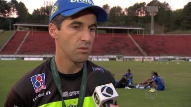Léo Condé busca alternativas nos treinos para reforçar ataque do Tupi-MG - Falta de gols dos atacantes preocupa, mas treinador mostra confiança no elenco para balançar as redes