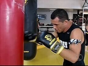 Lutador de Uberlândia disputa Open de Muay Thai em Governador Valadares - Jair Felício volta ao ringue depois de um ano e meio.Ele está em busca de mais um ouro para carreira.