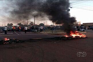 Protesto interdita parte da BR-060, em Anápolis - Manifestantes colocaram fogo em pneus próximo ao trevo do Daia.