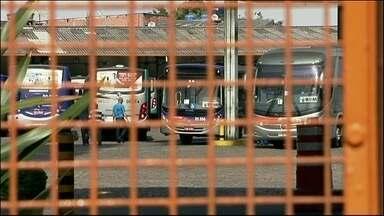 Paralisação de motoristas e cobradores de ônibus também afeta Osasco - Noventa mil passageiros sofreram para chegar ao trabalho na manhã desta quinta-feira (22). Os grevistas pedem salário como os funcionários da capital.