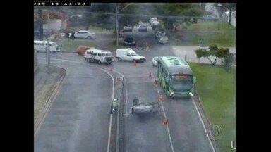 Carro capota em Curitiba - A motorista não se feriu. Chovia no momento do capotamento