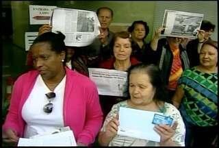 Moradores de Petrópolis protestam pela falta de fraldas geriátricas - Cerca de 30 pessoas protestaram em frente à Farmácia Popular do centro.Os clientes dizem que o abastecimento não é regular.