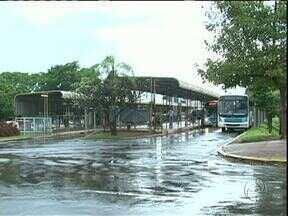 Mudança do terminal urbano provoca polêmica em Umuarama - A prefeitura quer desativar o atual terminal de ônibus no centro da cidade. Passageiros e funcionários do transporte coletivo reclamam.