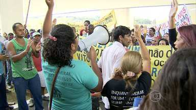 Servidores estaduais e municipais participam de manifestação no Centro de BH - Funcionários pedem salários melhores. Moradores que vivem em ocupações também protestaram.