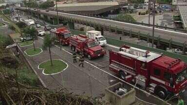 Incêndio assusta população em morro de Santos, SP - Um incêndio em um trecho de mato do Morro São Bento assustou a população no início da tarde desta quinta-feira (22).