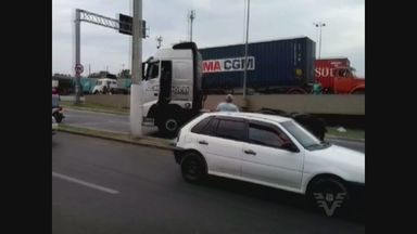 Briga no trânsito quase provoca acidente em Guarujá, SP - Uma briga no trânsito por pouco não provoca um acidente. A confusão ocorreu na tarde desta quinta-feira (22), em uma avenida movimentada de Guarujá, no litoral de São Paulo.