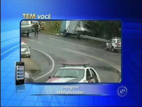 Caminhões que faziam transporte de detentos se envolvem em acidente - Dois caminhões da Secretaria de Administração Penitenciária (SAP), que faziam o transporte de 36 presos de Iperó (SP) para Guareí (SP), envolveram-se em um acidente na tarde desta quinta-feira (22) na rodovia Aristides da Costa Barros (SP-157).