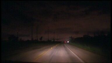 Rodovia que vai para Brazlândia continua sem iluminação - A equipe do DFTV voltou ao mesmo local de um mês atrás, e a situação continua a mesma.