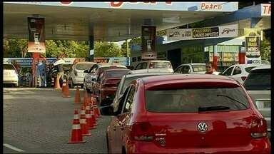 Dia sem impostos tem fila de até quatro horas para abastecer carro - No dia sem impostos, filas chegaram a até quatro horas para abastecer carro com 40% de desconto no valor da gasolina.