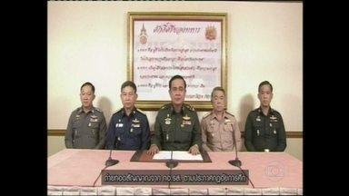 Golpe militar derruba governo na Tailândia - Golpe militar derruba governo na Tailândia, depois de seis meses de crise. O chefe do Exército leu na TV o anuncio da tomada de poder no pais dois dias depois de declarar lei marcial e de prometer manter o governo civil.
