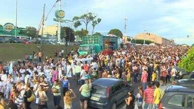Católicos participam de procissão em homenagem à Santa Rita, no AM - Tradicional procissão foi realizada em Manaus; Santa Rita de Cássia foi homenageada por fiéis.
