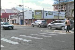 Veja locais onde os pedestres não tem vez na hora de atravessar a rua em Santa Maria (RS) - Em alguns pontos as pessoas precisam correr.