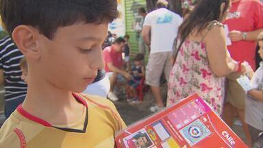 Procura por figurinhas da Copa vira mania entre crianças e adultos no Recife - Bancas de revista viraram ponto de encontro de quem quer trocar figurinhas para álbum do Mundial.