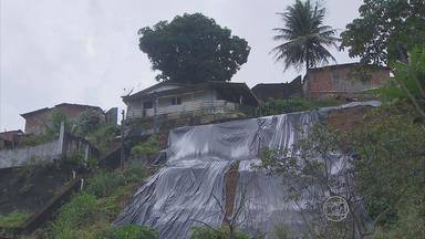 Moradores do Córrego de São José, Recife, temem deslizamentos de barreira - Barreiras ameaçam a comunidade, no bairro de Dois Unidos.