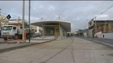 Passageiros do Aeroporto Internacional afirmam que tomariam o BRT - Estações do BRT no Aeroporto Internacional sofrem os últimos ajustes. Os moradores da Ilha do Governador reclamam que não há uma estação da Transcarioca na região.