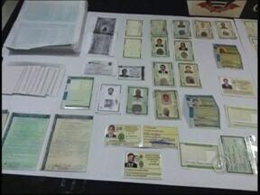 Polícia de Rio Preto prende dois homens com 15 RGs falsificados - A Polícia Civil prendeu em flagrante na noite desta quinta-feira (29) dois homens por estelionato em São José do Rio Preto (SP). Mais de 15 RGs com a fotografia dos golpistas foram apreendidos, todos com nomes diferentes.