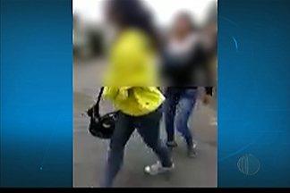 Aluna de Mogi das Cruzes é agredida em frente à escola - De acordo com o pai, esta foi a quinta vez que a adolescente foi agredida. Ele já fez boletim de ocorrência e conversou com a direção, mas diz que nada foi feito.