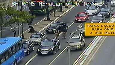 Motorista é baleado em tentativa de assalto em Belo Horizonte - Disparo foi feito no cruzamento da Contorno com Nossa Senhora do Carmo. Condutor foi ferido na perna e levado para o hospital.