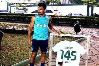 Goiás faz homenagem para despedida de Araújo - Maior artilheiro da história do clube com 145 gols, atacante fica sem contrato e não veste mais a camisa do clube goiano.
