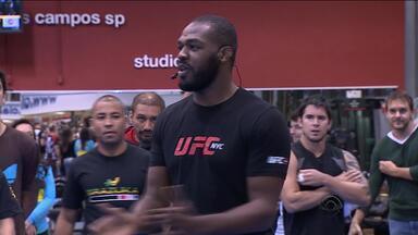 Campeão do UFC, Jon Jones visita Porto Alegre - Lutador foi recepcionado por fãs.