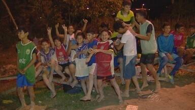 Projeto ensina técnicas de futebol a jovens carentes em Manaus - Desafio ainda é conseguir melhorias para o espaço que eles utilizam.