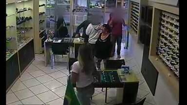 Famílias promovem furtos ao comércio unidas - Imagens de câmeras de segurança mostram uma onda de furtos promovida por famílias, que fazem de tudo para não levantar suspeitas sobre os crimes. Em um dos casos, um dos grupos inteira roubou uma ótica em Cascavel, no Paraná.