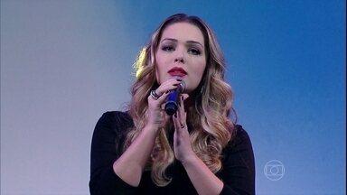 """Tânia Mara abre o programa com a música """"Só Vejo Você"""" - Música faz parte da trilha sonora da novela Em Família"""