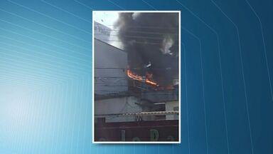 Cozinha de restaurante pega fogo em Jardim da Penha, em Vitória - Fogo começou por volta de 10h40 no restaurante argentino El Fuego.Corpo de Bombeiros controlou as chamas