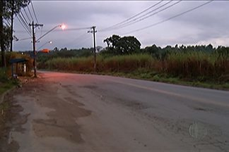 Condições da Estrada do Taboão em Mogi das Cruzes afetam moradores, empresários e alunos - Local contabiliza acidentes e sofre ainda com constantes quedas de energia elétrica, o que prejudica a linha de produção das empresas instaladas na área.