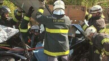 Veículo bate em poste em Ribeirão Preto - Vítima perdeu o controle ao fazer a rotatória. Motorista ficou preso às ferragens, mas foi socorrido.