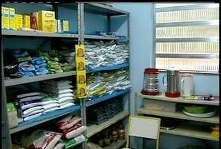 Pais se queixam de falta de merenda e água em escolas de Areal, no RJ - Problemas se estendem desde o início do ano, segundo denúncias.Os pais levam água e comida para que as crianças possam estudar.