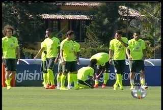 Seleção treina para o último teste antes da estreia na Copa do Mundo - Torcedores ficam na porta da Granja tentando ver os jogadores.