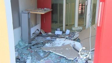 Criminosos explodem caixas eletrônicos em São Francisco Xavier - Segundo a PM, os criminosos estavam armados com fuzis e metralhadoras. A quadrilha fechou o acesso ao distrito para impedir a chegada da polícia.