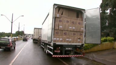 Polícia Rodoviária Federal apreendeu um caminhão carregado de cigarro contrabandeado - O caminhão vinha do Mato Grosso e ia para Curitiba
