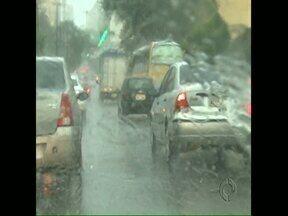 Pode chover no fim de semana na região de Londrina - A previsão do tempo é de tempo bastante chuvoso. As temperaturas não devem cair. Nesta quinta-feira uma chuva forte causou tumulto no trânsito.