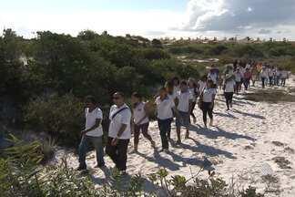 Estudantes assistem aula ao ar livre no Parque das Dunas, em Salvador - Em comemoração ao Dia do meio Ambiente, estudantes fizeram trilha e conheceram de perto a área preservada de Mata Atlântica.