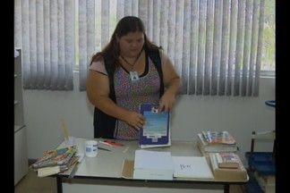 Descaso com os livros nas bibliotecas públicas em Campina Grande - Os usuários danificam as obras e até rasgam as páginas dos livros.