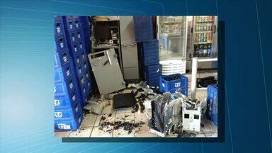 Assaltantes explodem caixa eletrônico em Inocência - Ação foi durante a madrugada e funcionários foram rendidos. A polícia não identificou os suspeitos e não sabe quanto dinheiro foi levado.