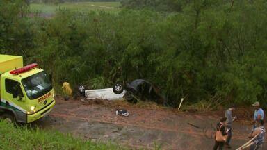 Carros capotam no mesmo trecho da BR-277 em São Miguel do Iguaçu - O primeiro veículo se perdeu na curva e caiu no barranco. Enquanto os socorristas atendiam a ocorrência, outro carro caiu no mesmo local.
