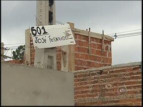 Moradores reclamam da falta de placas em ruas de Rio Preto e Bady Bassitt - Já pensou estar em uma rua sem nome e morar em uma casa sem numeração? No noroeste paulista, esta situação tem sido comum. Em alguns bairros de Bady Bassitt (SP) e de São José do Rio Preto (SP), por exemplo, as placas simplesmente não existem.