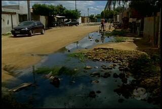 Esgotos estourados revoltam moradores de três bairros de Petrolina - A água suja escorre no Bodódromo, no bairro Areia Branca. O problema também acontece nos bairros Jardim São Paulo e São Gonçalo.