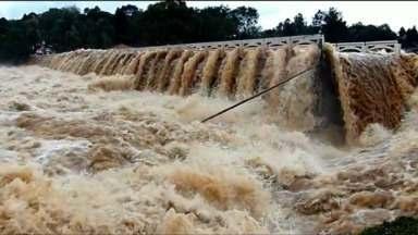 Água leva parte da ponte sobre o Rio Jordão e isola famílias de Guarapuava - Três pessoas morreram e uma está desaparecida.