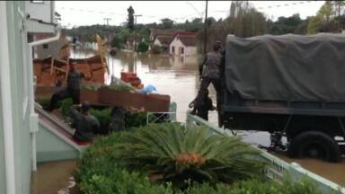 Famílias ilhadas são retiradas das casas em Rio Negro - Pelo menos dez bairros foram atingidos.